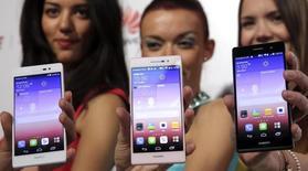 Huawei Technologies, le quatrième fabricant mondial de smartphones, est en avance sur ses objectifs et atteindra le cap des 100 millions de téléphones livrés avant la fin de l'année. /Photo d'archives/REUTERS/Philippe Wojazer