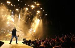 El vocalista de AC/DC, Brian Johnson, durante un concierto en O2 Millenium Dome de Londres, 14 de abril de 2009. Phil Rudd, batería de la banda de rock australiana AC/DC, ha sido detenido en Nueva Zelanda, donde vive, sólo diez días después de ser condenado a arresto domiciliario, según informaron los medios el domingo. REUTERS/Luke MacGregor