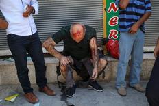 """Раненый в результате взрыва мужчина в городе Суруч 20 июля 2015 года. По меньшей мере 27 человек погибли и около 100 получили ранения в результате взрыва, по предварительным данным, устроенного смертником из """"Исламского государства"""", в граничащем с Сирией турецком городе Суруч, сообщили два высокопоставленных турецких чиновника. REUTERS/Ozcan Soysal/Depo Photos"""