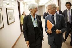 La directora gerente del FMI, Christine Lagarde, junto al director de comunicaciones del organismo, Gerry Rice, en Washington, jul 1 2015. Grecia ha cumplido con los pagos pendientes al Fondo Monetario Internacional por un valor de alrededor de 2.000 millones de euros, dijo el lunes el director de comunicaciones de la institución, Gerry Rice. REUTERS/Jonathan Ernst