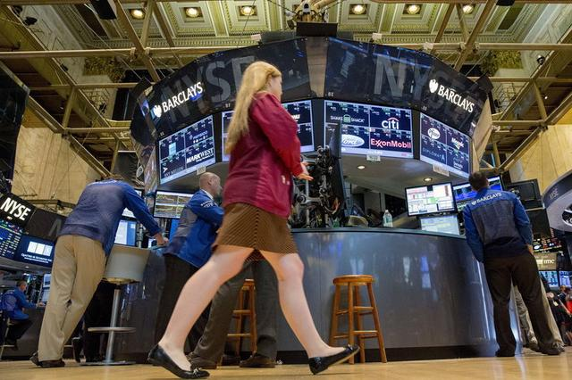 Traders work on the floor of the New York Stock Exchange July 20, 2015. REUTERS/Brendan McDermid  -