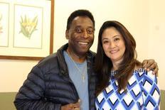 Pelé posa com a namorada ao receber alta de hospital em São Paulo. REUTERS/Divulgação