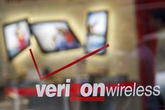 Вход в салон Verizon в Нью-Йорке. 12 мая 2015 года. Квартальная выручка Verizon Communications Inc выросла на 2,4 процента за счет расширения абонентской базы. REUTERS/Shannon Stapleton