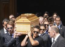Pilotos e amigos carregam o caixão do piloto francês de Fórmula 1 Jules Bianchi após funeral em Nice, na França. 21/07/2015 REUTERS/Jean-Pierre Amet