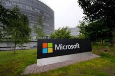 Microsoft a annoncé mardi une perte nette trimestrielle de 3,2 milliards de dollars, conséquence des charges comptabilisées pour l'achat des combinés mobiles de Nokia et pour une réduction des effectifs et d'une demande faible pour son système d'exploitation Windows. /Photo prise le 9 juillet 2015/REUTERS/Aleksi Tuomola/Lehtikuva