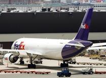 FedEx, le numéro un mondial du fret, annonce une commande de 50 Boeing 767-300 supplémentaires, soit le plus gros contrat jamais signé pour cet avion cargo de Boeing. /Photo d'archives/REUTERS/Brian Snyder