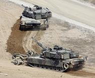 Танки M1 Abrams армии США на совместных учениях с южнокорейской армией в Пхочхоне 15 апреля 2010 года. Армия США может направить БМП Bradley и танки М1 в Венгрию в следующем году для проведения военных учений в рамках программы НАТО, целью которой является ответ на конфликт России и Украины, написала в среду газета Napi Gazdasag. REUTERS/Truth Leem