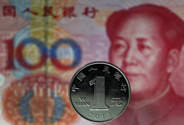 7月22日、国際通貨基金(IMF)は中国に対し、投資家が同国の金融市場に対し参入や撤退を希望通りにできるかどうか疑問視していると伝えていたことが分かった。写真は人民元の紙幣と硬貨。2013年5月撮影(2015年 ロイター/Petar Kujundzic)