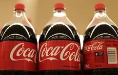 Botellas de Coca Cola en una tienda Safeway en Wheaton Maryland, 13 de febrero de 2015. Coca-Cola Co reportó el miércoles un alza del 20 por ciento en sus ganancias trimestrales, luego de subir los precios en América del Norte para compensar el impacto de la fortaleza del dólar, que redujo el valor de las ventas en sus mercados en el exterior. REUTERS/Gary Cameron