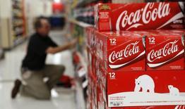 Coca-Cola a fait état mercredi de ventes et de profits trimestriels supérieurs aux attentes grâce à des hausses de prix qui lui ont permis de compenser les effets de l'appréciation du dollar mais le groupe a prévenu qu'il pourrait réduire ses rachats d'actions cette année. /Photo d'archives/REUTERS/Kevin Lamarque