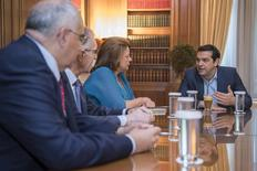 El primer ministro de Grecia, Alexis Tsipras (derecha), se reune con el jefe de la asociación de bancos griegos, Louka Katseli (centro), y miembros del directorio de la asociación, en su oficina en la Maximos Mansion, en Atenas, Grecia, 22 de julio de 2015. El Gobierno de izquierda de Grecia intentaba el miércoles contener una rebelión en el partido Syriza, del primer ministro Alexis Tsipras, previo a una votación sobre las reformas exigidas para poder iniciar las negociaciones de un rescate que mantenga al país en la zona euro. REUTERS/Andrea Bonetti/Greek Prime Minister's Office/Handout via Reuters