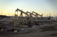 Unidades de bombeos de crudo de Oxy operando cerca Long Beach, EEUU, jul 30 2013. Los precios del petróleo cayeron el miércoles y el crudo estadounidense cerró por debajo de los 50 dólares por barril, tras datos que mostraron un incremento en los inventarios en Estados Unidos la semana pasada y la presión ejercida por la fortaleza del dólar y la debilidad de las acciones globales. REUTERS/David McNew  (UNITED STATES - Tags: ENERGY BUSINESS)
