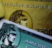 American Express affiche une baisse de 5% de son bénéfice au deuxième trimestre, la vigueur du dollar ayant pesé sur les activités internationales de l'émetteur de cartes de crédit américain. /Photo d'archives/REUTERS/Jim Bourg