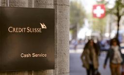 Crédit Suisse a annoncé jeudi un bénéfice dépassant le consensus au deuxième trimestre. La banque zurichoise a fait état d'un bénéfice net de 1,1 milliard de francs suisses, alors que les analystes attendaient 783 millions. /Photo prise le 21 avril 2015/REUTERS/Arnd Wiegmann
