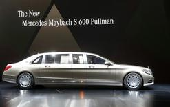 Daimler a obtenu un bénéfice d'exploitation en hausse de 54% au deuxième trimestre, le lancement de nouveaux modèles et les ventes de poids lourds ayant permis de contrebalancer le ralentissement général des ventes en Chine et d'augmenter les marges de Mercedes-Benz grâce au succès de la nouvelle version de la Mercedes Classe C et au lancement du modèle très haut de gamme Maybach Classe S. /Photo prise le 3 mars 2015/REUTERS/Arnd Wiegmann
