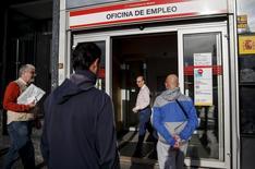 La tasa de paro en España cayó entre abril y junio 1,4 puntos porcentuales al 22,37 por ciento, su nivel más bajo desde el cuarto trimestre de 2011, dijo el jueves el Instituto Nacional de Estadística (INE). En la imagen, varias personas en una oficina de empleo en Madrid, el 5 de mayo de 2015.  REUTERS/Andrea Comas