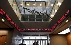 Painel eletrônico exibe cotações de ações na bolsa de Atenas.  09/02/2015    REUTERS/Alkis Konstantinidis