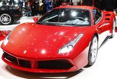 Un Ferrari 488 GTB en una feria de automóviles en Ginebra, el 3 de marzo de 2015. Fiat Chrysler Automobiles (FCA) presentó un pedido a los reguladores estadounidenses para lanzar una oferta pública inicial de su fabricante de autos deportivos de lujo Ferrari en Nueva York en el último trimestre del año. REUTERS/Arnd Wiegmann