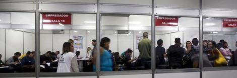 Brasileiros desempregados preenchem ficha em procura de trabalho em São Paulo. 11/05/2015. REUTERS/Paulo Whitaker