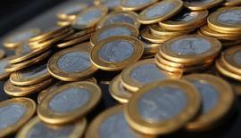 Monedas de Real brasileño, en una ilustración fotográfica tomada en Río de Janeiro, 15 de octubre de 2010. La moneda de Brasil, el real, se desplomó un 2 por ciento luego de que el Gobierno anunció que reduciría sus metas de ahorro fiscal de 2015 y 2016, lo que hace temer a los inversores que el país pudiera perder su calificación de grado de inversión. REUTERS/Bruno Domingos