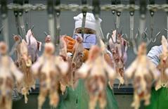 Женщина на заводе Charoen Pokphand Foods (CPF) в Сарабури, Таиланд 31 июля 2006 года. Крупнейший тайский производитель мяса и кормов для животных Charoen Pokphand Foods Pcl купит российский птицеводческий бизнес у голландской Agro-Invest Brinky B.V. за $680 миллионов. REUTERS/Adrees Latif