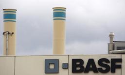 Логотип BASF на заводе компании под Базелем 7 июля 2009 года. Операционная прибыль BASF, крупнейшего в мире производителя химической продукции по продажам, выросла на 2 процента во втором квартале, так как спрос на специальные пластмассы для автомобильной и строительной отраслей компенсировал снижение прибыли от нефти и газа.  REUTERS/Christian Hartmann