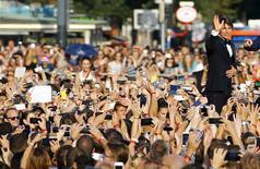 """Tom Cruise acena para fãs na chegada para pré-estreia de """"Missão: Impossível - Nação Secreta"""", em Viena. 23/07/2015 REUTERS/Leonhard Foeger"""
