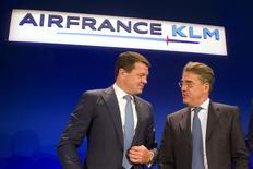 Le PDG d'Air France-KLM Alexandre de Juniac (à droite) et le directeur général de KLM Pieter Elbers. Les recettes unitaires du transporteur aérien franco-néerlandais se sont encore dégradées au deuxième trimestre, conduisant le groupe à annoncer vendredi de nouvelles économies et une hausse de ses capacités plus modérée que prévu sur l'année. /Photo prise le 24 juillet 2015/REUTERS/Charles Platiau