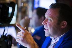Un operador trabajando en la bolsa de Wall Street en Nueva York, jul 23 2015. Los índices S&P 500 y Nasdaq registraron el viernes sus mayores pérdidas semanales desde marzo, arrastrados por los sectores relacionados con materias primas a partir de una desaceleración del crecimiento global, mientras que una caída de Biogen golpeó al sector biotecnológico. REUTERS/Lucas Jackson