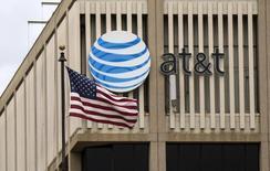 Le deuxième opérateur mobile américain AT&T et le premier opérateur de télévision par satellite DirecTV ont finalisé leur fusion de 48,5 milliards de dollars (44,18 milliards d'euros) vendredi, après avoir finalement le jour même obtenu le feu vert des autorités américaines. /Photo d'archives/REUTERS/Mario Anzuoni