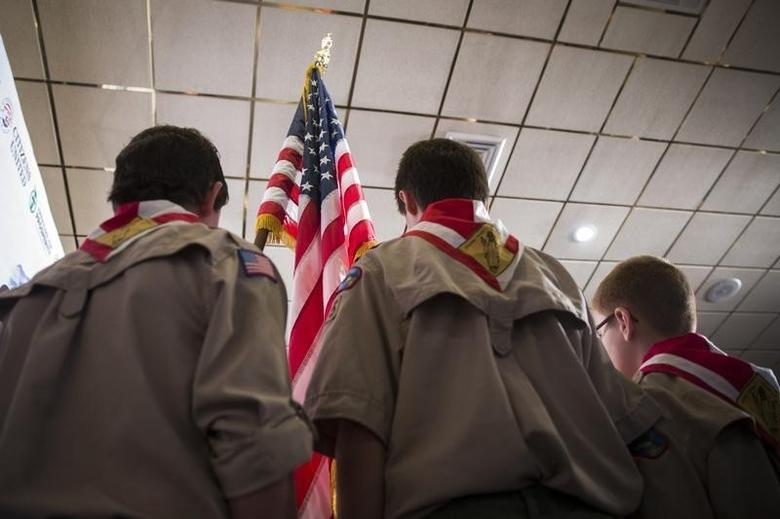 Boy Scouts stand on stage with a U.S. flag during the Pledge of Allegiance to begin the inaugural Freedom Summit meeting for conservative speakers in Manchester, New Hampshire April 12, 2014.  REUTERS/Lucas Jackson