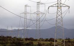 Unas líneas de alta tensión en una carretera en Puchuncaví, Chile, 5 de septiembre de 2014. La ganancia del grupo energético Enersis habría subido un 21,7 por ciento interanual en el segundo trimestre, impulsada por una compra de activos en Perú y un mejor resultado operacional en la mayoría de sus filiales, mostró un sondeo de Reuters el lunes. REUTERS/Eliseo Fernandez