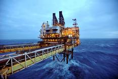 Imagen de archivo de una sección de la plataforma petroler Eastern Trough Area de BP en la costa afuera de Aberdeen, feb 24 2014. Proyectos de petróleo y gas en cuencas en aguas profundas representan gran parte de las inversiones por más de 200.000 millones de dólares que han sido aplazadas debido al desplome de los precios del crudo, dijeron analistas de la consultora Wood Mackenzie en un reporte. REUTERS/Andy Buchanan/pool