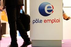 Le chômage est resté quasi stable en juin en France, la baisse du nombre de jeunes inscrits à Pôle Emploi, après trois mois consécutifs de hausse, permettant de compenser la progression des autres catégories d'âge, surtout les seniors, selon les chiffres publiés lundi par le ministère du Travail. La hausse du nombre de demandeurs d'emploi de catégorie A (sans aucune activité) a ainsi été limitée à 1.300, pour un total 3.553.500 en métropole. /Photo prise le 12 mai 2015/REUTERS/Charles Platiau