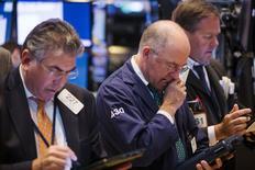 Operadores trabajando en la bolsa de Nueva York, jul 23 2015. Wall Street empezó la semana en rojo y caía con fuerza el lunes por la preocupación ante una desaceleración del crecimiento económico en China, tras el mayor derrumbe de las acciones en Shanghái en ocho años. REUTERS/Lucas Jackson