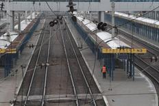 "A man walks along a platform at the Simferopol railway station in the Crimean capital Simferopol, December 28, 2014. Ukraine is suspending all train and bus services to Crimea due to a ""deteriorating"" security situation on the Black Sea peninsula which was annexed by Russia in March, Ukrainian transport chiefs said on Friday. REUTERS/Pavel Rebrov (CRIMEA - Tags: POLITICS TRANSPORT) - RTR4JEUM"