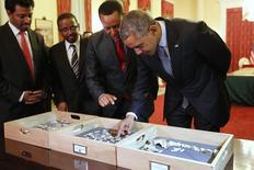 """El presidente de Estados Unidos, Barack Obama, toca los restos de Lucy, el esqueleto más antiguo del mundo, durante un viaje a Etiopía, 27 de julio de 2015. Obama viajó a África en parte para conectarse con el continente de sus ancestros. Y el lunes conoció a uno totalmente diferente: """"Lucy"""", el esqueleto incompleto de un homínido de 3,2 millones de años descubierto en Etiopía. REUTERS/Jonathan Ernst"""