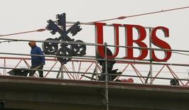 La banque suisse UBS a dû puiser dans ses provisions pour litiges et frais juridiques au deuxième trimestre et faire face à l'élargissement d'une enquête américaine sur des fonds de placement vendus par sa filiale portoricaine. Les provisions de la banque pour amendes et frais juridiques s'élevaient fin juin à 2,37 milliards de francs suisses (2,23 milliards d'euros) contre 2,73 milliards de francs au trimestre précédent. /Photo prise le 13 février 2015/REUTERS/Arnd Wiegmann