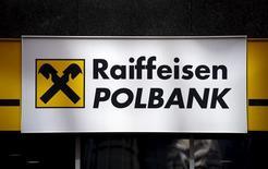 Логотип Raiffeisen Polbank в центральном офисе банка в Варшаве. 30 марта 2015 года. Raiffeisen Bank International реструктурирует часть задолженности, чтобы повысить коэффициент достаточности капитала на 4 базисных пункта, в рамках модернизации, целью которой является повышение этого норматива в общей сложности до 12 процентов к концу 2017 года, сообщил банк во вторник. REUTERS/Kacper Pempel