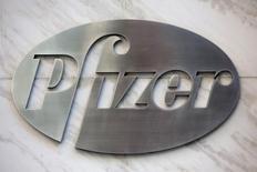 Логотип Pfizer в офисе компании в Нью-Йорке. 28 апреля 2014 года. Американская фармкомпания Pfizer Inc сообщила во вторник о снижении квартальной выручки на 7 процентов из-за укрепления доллара. REUTERS/Andrew Kelly