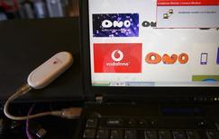 Un dispositivo Vodafone conectado a un portátil con el logo de Ono en una oficina de Barcelona, el 17 de marzo de 2014. La firma británica Vodafone anunció el martes que inició un procedimiento de despido colectivo que podría afectar a hasta 1.300 trabajadores de su plantilla en España tras adquirir el operador de cable Ono. REUTERS/Gustau Nacarino