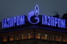 Логотип Газпрома на здании в Санкт-Петербурге 14 ноября 2013 года. Американская компания Cheniere Energy планирует через несколько лет начать поставки сжиженного природного газа (СПГ) в центральную и юго-восточную Европу, что пошатнет почти монопольную позицию Газпрома в этом регионе, сообщили шесть источников, близких к Cheniere или правительствам и компаниям в Европе.REUTERS/Alexander Demianchuk