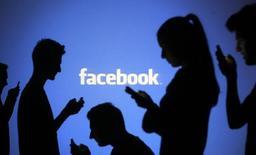 Facebook fait état d'une hausse plus marquée que prévu de son chiffre d'affaires du deuxième trimestre, à la faveur d'une augmentation des revenus publicitaires tirés de ses applications mobiles. /Photo d'archives/REUTERS/Dado Ruvic