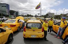 Conductores de taxis bloquean una avenida en Bogotá en protesta contra del servicio de transporte digital Uber, 29 de julio de 2015. REUTERS/ John Vizcaino
