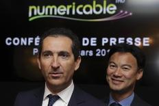 """Le fondateur d'Altice, Patrick Drahi (à gauche), et son directeur général, Dexter Goei. Pour ce dernier, le groupe n'a pas prévu de nouvelles acquisitions dans un futur proche et ne juge pas """"nécessaire"""" la consolidation du marché français, malgré le rejet de son offre de 10 milliards d'euros en juin sur Bouygues Telecom. /Photo d'archives/REUTERS/Philippe Wojazer"""
