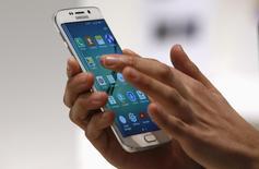 Samsung Electronics fait état de perspectives moroses pour les mois à venir après une baisse de ses profits au deuxième trimestre en raison d'une pénurie d'approvisionnement du Galaxy S6. /Photo d'archives/REUTERS/Gustau Nacarino