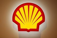 Royal Dutch Shell anunció el jueves una caída de un 37 por ciento en sus ganancias del segundo trimestre, hasta 3.835 millones, y dijo que recortará 6.500 empleos este año y reducirá adicionalmente sus gastos para hacer frente a un período extendido de precios bajos del petróleo. En la imagen, el logo de Shell en una conferencia en París, 2 de junio de 2015.  REUTERS/Benoit Tessier