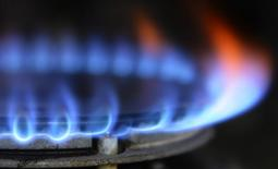 L'énergéticien britannique Centrica va supprimer plus de 10% de ses effectifs et céder jusqu'à un milliard de livres (1,42 milliard d'euros) d'actifs dans l'amont et l'éolien pour se concentrer sur la fourniture d'énergie et les services mais conservera sa participation de 20% dans EDF Energy, filiale britannique d'EDF. /Photo d'archives/REUTERS/Nigel Roddis