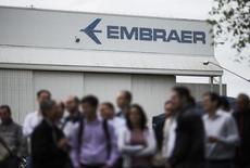 Funcionários da Embraer em frente prédio da companhia em São José dos Campos, em São Paulo.   22/10/2014   REUTERS/Roosevelt Cassio
