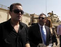 Jornalistas da Al Jazeera Mohamed Fahmy e Baher Mohamed em frente a prisão de Tora, no Cairo. 30/07/2015  REUTERS/Asmaa Waguih